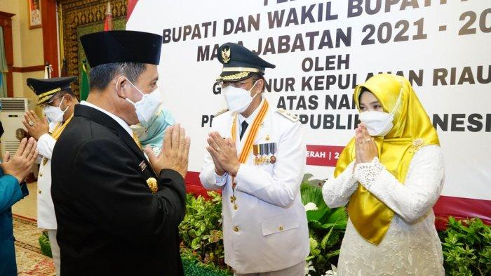 GUBERNUR Kepri, H. Ansar Ahmad memberikan selamat kepada Wakil Bupati Karimun, H. Anwar Hasyim.