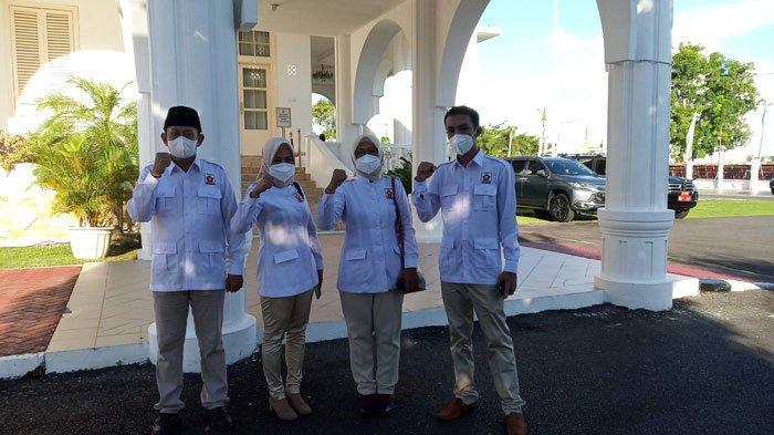 PELANTIKAN WAKIL WALIKOTA TANJUNGPINANG - Kader Gerindra di luar Gedung Daerah menyaksikan pelantikan Endang Abdullah sebagai Wakil Walikota Tanjungpinang, Senin (28/6/2021).
