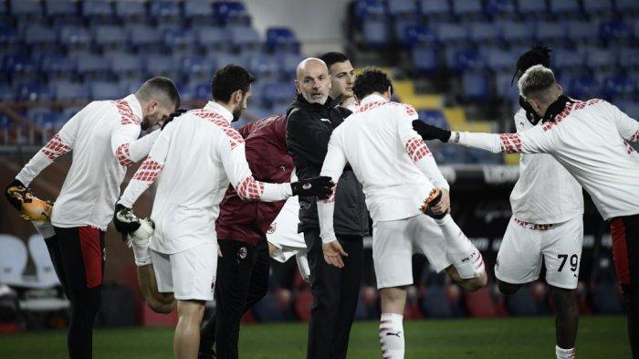 AC Milan Latihan - PElatih AC Milan asal Italia Stefano Pioli (tengah) memimpin latihan pemain AC Milan jelang pertandingan melawan Genoa pada 16 Desember 2020.