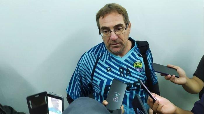 Robert Rene Alberst Instruksikan Pemain Persib Bandung Berlatih di Rumah Ditengah Wabah Corona