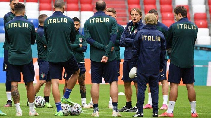 Pelatih Timnas Italia Roberto Mancini (tengah) berbicara dengan pemainnya saat sesi latihan di Allianz Arena Munich, Jerman Kamis (1/7/2021).