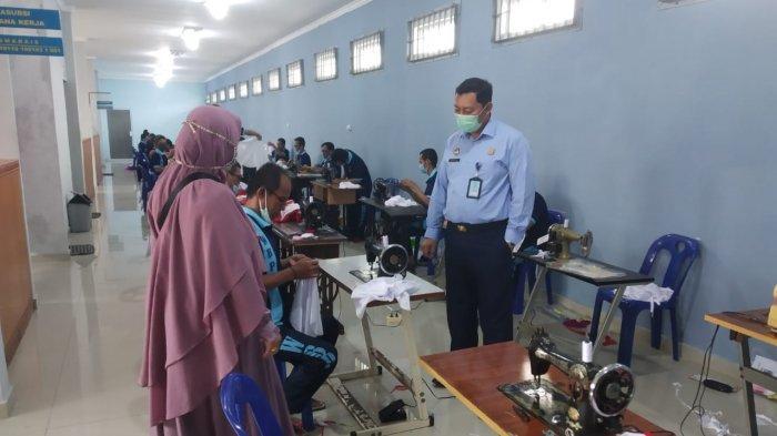 LAPAS NARKOTIKA - Kalapas Narkotika Kelas IIA Tanjungpinang,Wahyu Prasetyo melihat Warga Binaan Pemasyarakatan (WBP) mengikuti pelatihan menjahit, Selasa (24/11).