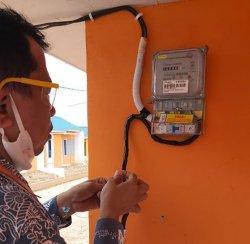 Petugas bright PLN Batam melayani pergeseran unit meteran milik pelanggan
