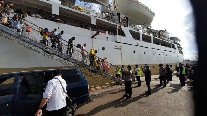 Pelni Cabang Batam Belum Terima Aturan Larangan Mudik 2021, Dua Kapal Masih Berlayar. Foto aktivitas bongkar muat penumpang dan barang di pelabuhan Batam. Foto diambil beberapa waktu lalu.