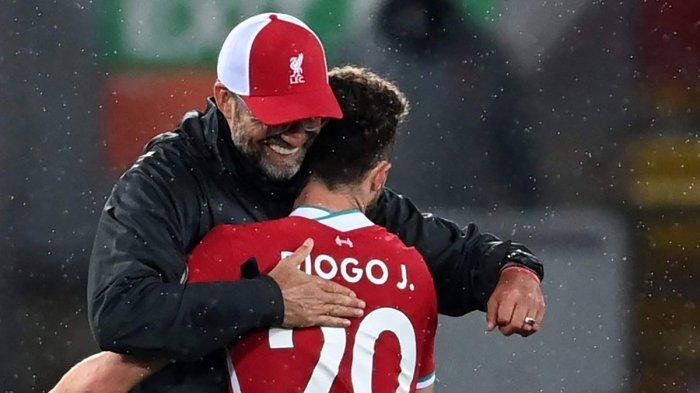 PELUKAN PELATIH - Pelukan Manajer Liverpool Juergen Klopp untuk Diogo Jota yang cetak gol saat laga debutnya bersama Liverpool.