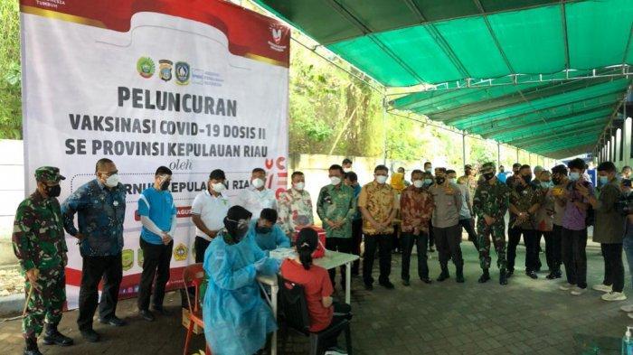 VAKSINASI CORONA DI KEPRI - Peluncuran Vaksinasi Covid-19 Dosis Kedua di resto Puas Hati Batam Center, Minggu (8/8/2021). Gubernur Kepri Ansar Ahmad menghadiri peluncuran itu.