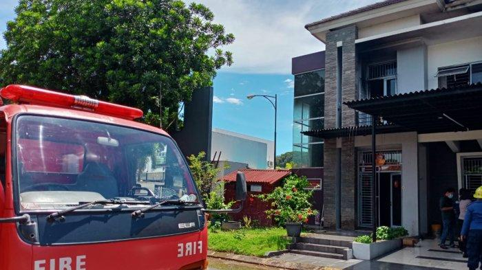 Petugas pemadam kebakaran di Perumahan Central Sukajadi Batam, Rabu (31/3/2021).