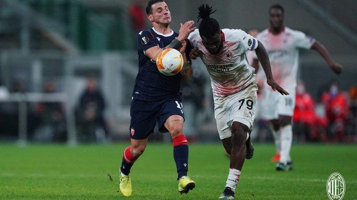 Pemain AC Milan Franck Kessie duel dengan pemain  FK Crvena Zvezda di leg 2 babak 32 besar Liga Europa 2020-2021, Kamis (25/2/2021). Pertandingan ini berakhir imbang 1-1