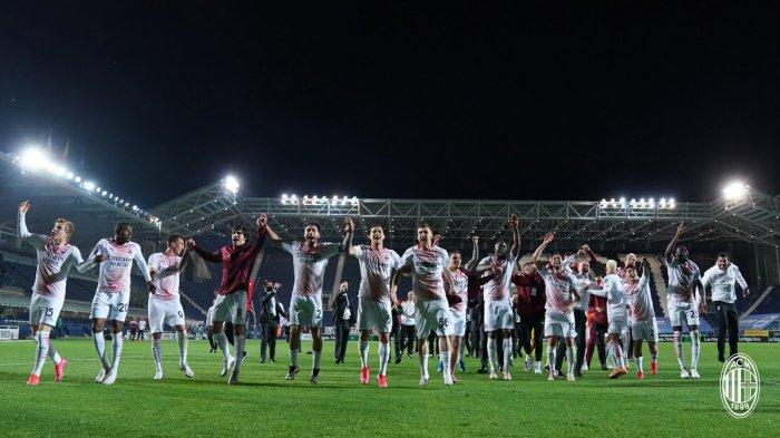 Selebrasi Pemain AC Milan - Pemain AC Milan melakukan selebrasi bersama setelah memastikan diri finish di peringkat 2 dan lolos ke Liga Champions 2021-2022, Minggu (23/5/2021)