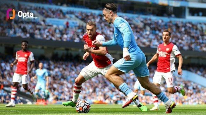 Pemain Manchester City, Jack Grealish, menguasai bola dalam laga melawan Arsenal pada pekan ketiga Liga Inggris 2021-2022 di Etihad Stadium, Sabtu (28/8/2021) pukul 18.30 WIB.