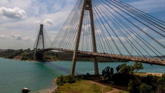 Pemandangan Jembatan Barelang di Batam, Kepulauan Riau, Minggu (8/2/2015). Jembatan ini merupakan satu dari enam jembatan yang dibangun untuk menghubungkan enam pulau di Batam, yaitu Pulau Batam, Pulau Tonton, Pulau Nipah, Pulau Rempang, Pulau Galang dan Pulau Galang Baru.