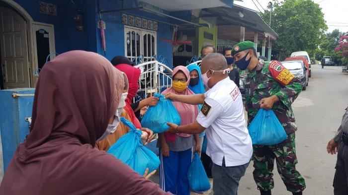 Pembagian sembako dari Yayasan Moggallana Indonesia dan Beverly hotel Inn ke warga di Kecamatan Sagulung, Kota Batam, Provinsi Kepri, Selasa (21/4/2020). Ilustrasi