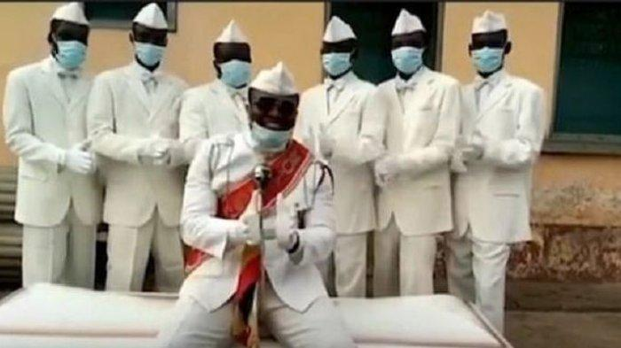 Pembawa Peti Mati Sambil Menari yang sedang Viral Sampaikan Pesan di Tengah Wabah Corona