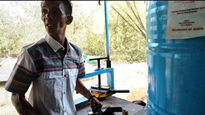 Pembuat mesin cetak paving block berbahan dasar sampah, Andrey saat memberikan penjelasannya, Selasa (20/4/2021).