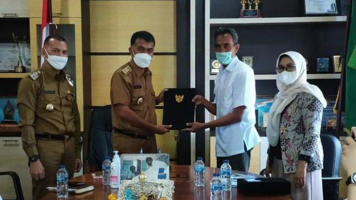 TEKEN MOU - Bupati Natuna Wan Siswandi saat menandatangani kerja sama dengan Universitas Andalas, Provinsi Sumatra Barat,  Senin (31/5/2021). Nota kesepahaman ini untuk memenuhi kebutuhan dokter spesialis di RSUD Natuna.