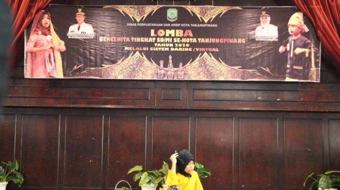 Salah satu pelajar peserta lomba di Tanjungpinang menampilkan aksi berceritanya.