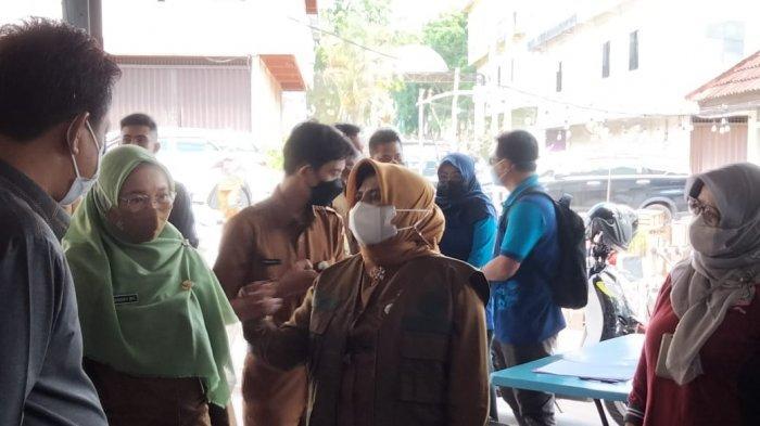 CEGAH COVID-19 DI TANJUNGPINANG - Wali Kota Tanjungpinang, Rahma saat meninjau vaksinasi corona bersama pejabat publik lainnya di Pasar Bincen Tanjungpinang, Senin, (24/5/2021).