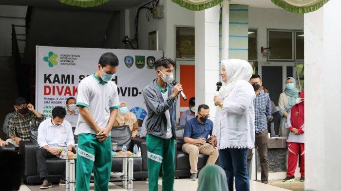 Wagub Kepri Marlin Agustina saat mengunjungi tiga SMA sambil mengingatkan Disiplin protokol kesehatan.