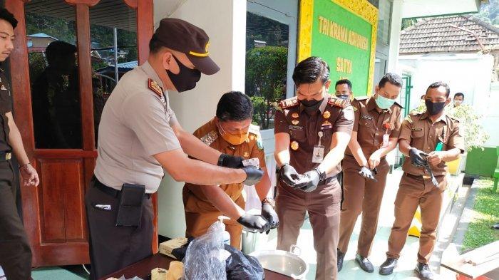 Wabup Anambas di Kantor Cabjari Natuna, Ikut Pemusnahan Barang Bukti Perkara