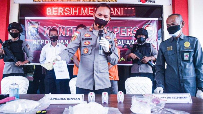 Kapolres Bintan AKBP Bambang Sugihartono memusnakan barang bukti narkotika jenis sabu-sabu di Mapolres Bintan, Rabu (4/8).