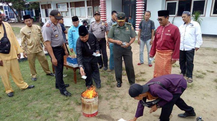 Instruksi Pusat, Disduk Anambas Lakukan Pemusnahan e-KTP Rusak Sebanyak 1.122 dengan Cara Dibakar