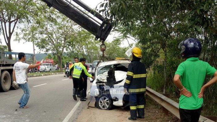 Kecelakaan Tunggal Mobil Avanza Dekat Bukit Daeng. Jalur Kedua Arah Macet!