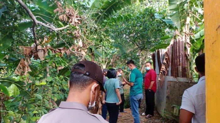 Warga menyaksikan penemuan mayat di Batam yang tergantung di pohon nangka di kawasan Kelurahan Tanjung Sengkuang, Kecamatan Batu Ampar, Kota Batam, Provinsi Kepri, Rabu (7/4/2021).