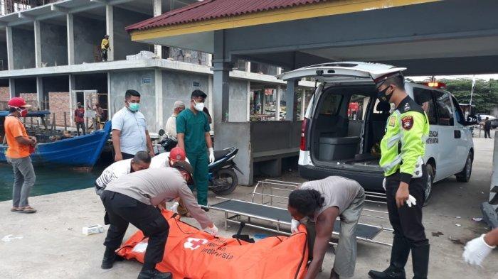 POLSEK BINTAN TIMUR - Penemuan mayat di Bintan. Tampak anggota Polsek Bintan Timur saat memindahkan mayat yang dibungkus kantong jenazah. Nelayan Bintan menemukan mayat tersebut di sekitar perairan Desa Mapur, Kecamatan Bintan Pesisir, Kabupaten Bintan, Provinsi Kepr, Senin (9/11).