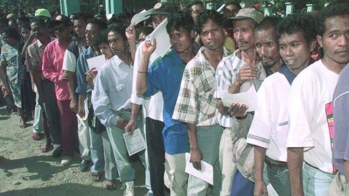 Ribuan warga Kota Dili antre dalam pelaksanaan penentuan pendapat di Timor Timur, 30 Agustus 1999. Antusiasme yang sangat tinggi begitu terlihat dalam pelaksanaan penentuan di Timor Timur.