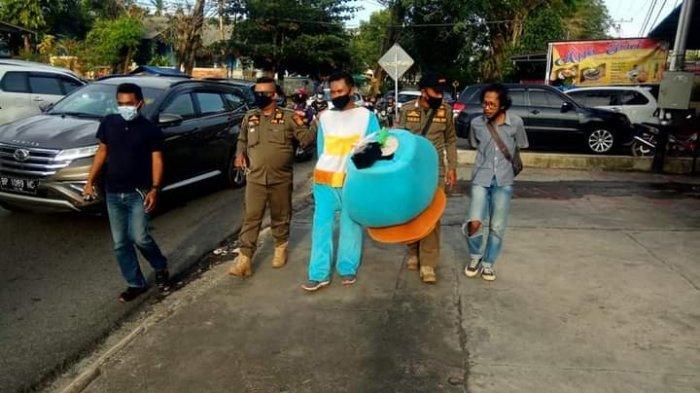 Sempat Viral Ditertibkan Pemko Tanjungpinang, Pemeran Badut di Lampu Merah Bak Disiram Air