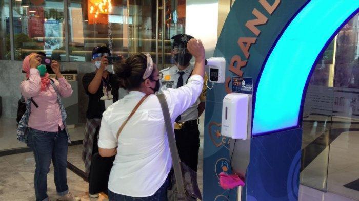 Pengecekan suhu pengunjung di Grand Batam Mall.