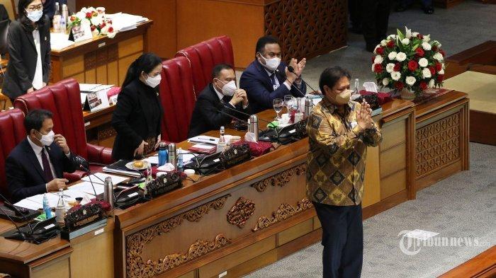 Menko Perekonomian Airlangga Hartarto menyerahkan berkas pendapat akhir pemerintah kepada Ketua DPR Puan Maharani saat pembahasan tingkat II RUU Cipta Kerja pada Rapat Paripurna di Kompleks Parlemen, Senayan, Jakarta, Senin (5/10/2020). Dalam rapat paripurna tersebut Rancangan Undang-Undang Cipta Kerja disahkan menjadi Undang-Undang. TRIBUNNEWS/IRWAN RISMAWAN