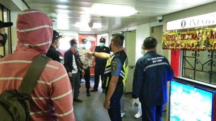 KAPAL PELNI - Tim gabungan yang terdiri dari KSOP, Bea Cukai Batam, polisi saat penggeledahan kapal Pelni di Batam. Tampak tim gabungan berada di KM Kelud yang sandar di Pelabuhan Makobar, Batu Ampar, Kota Batam, Provinsi Kepri, Minggu (6/12/2020).