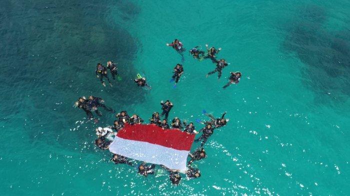 HUT RI ke-76, Dua Kabupaten di Laut Natuna Utara Kibarkan Bendera di Bawah Laut