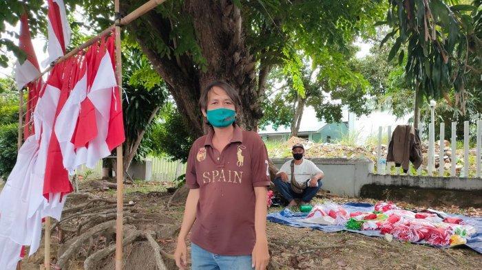 Penjual pernak pernik kemerdekaan Indonesia di Tanjungpinang, Aden (40). Ia menjual barang dagangannya di pinggir Jalan Ahmad Yani, Sei Jang, Bukit Bestari, Kota Tanjungpinang, Provinsi Kepri.