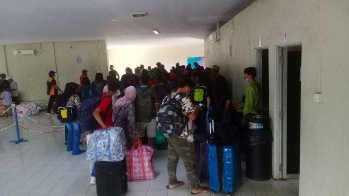 Ratusan Warga Tinggalkan Batam Pakai Kapal Pelni KM Kelud