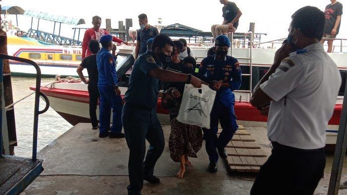 Penumpang SB Karunia Jaya 9 sampai di Tanjungbalai Karimun. Kapal diduga mengalami kebocoran sehingga nakhoda kapal memutuskan untuk merapat ke daratan terdekat.