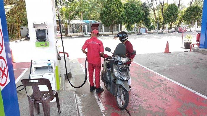 Pengendara motor mengisi bahan bakar di sebuah SPBU Kota Batam, Provinsi Kepri, Minggu (5/1/2020). Masih ada pengendara motor yang belum mengetahui penyesuaian harga BBM oleh PT Pertamina.