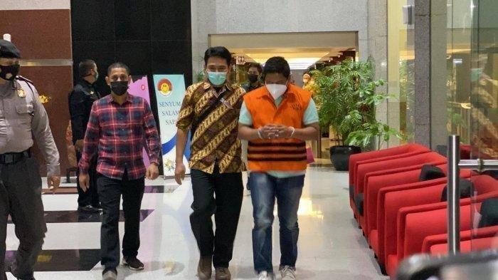 Penyidik Komisi Pemberantasan Korupsi (KPK) asal Polri Stepanus Robin Pattuju resmi mengenakan rompi oranye bersama pengacara bernama Maskur Husain
