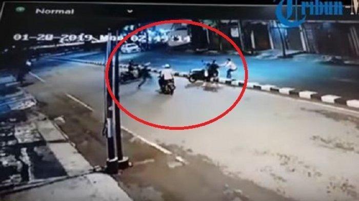 Dibunuh atau Membunuh? Korban Begal Lawan 3 Begundal, 1 Pelaku Terkapar 2 Lainnya Lari Ketakutan