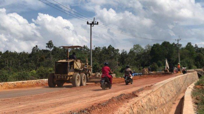 Perbaikan Jalan di Km 18 Kecamatan Toapaya, Kabupaten Bintan, Provinsi Kepri, Rabu (4/8/2021).