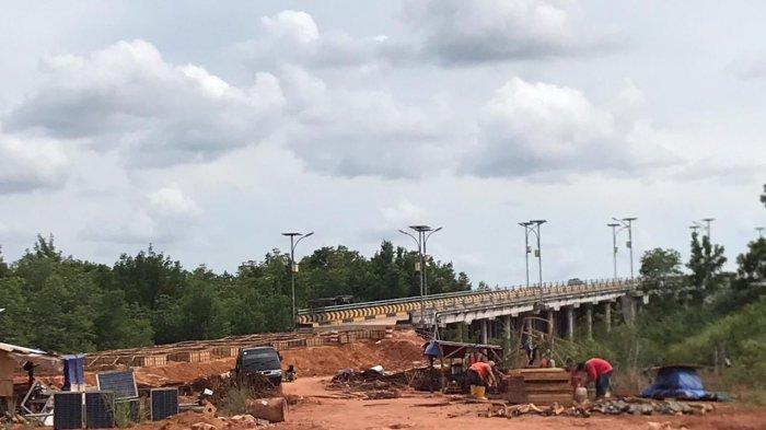 JEMBATAN KANGBOI - Jembatan Kangboi di Bintan yang dalam pengerjaan oprit, Senin (9/11/2020). Satker PJN I Wilayah Kepri mengklaim pengerjaan ini sudah mencapai 55 persen.