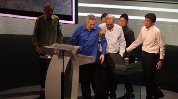 Jutaan Rakyat Singapura Shock Lihat PM Lee Hsien Loong Pucat dan Terjatuh di Podium