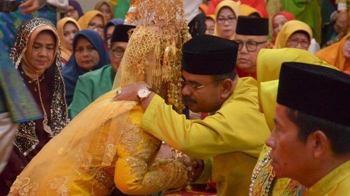 Pernikahan Putri Kedua Bupati Karimun Didominasi Warna Kuning Emas. Ini Sosok Pria Yang Beruntung
