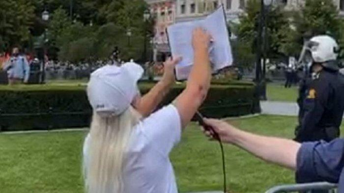 Aktivis Wanita SIAN Robek Alquran di Depan Umum, Unjuk Rasa Anti Islam Berujung Ricuh
