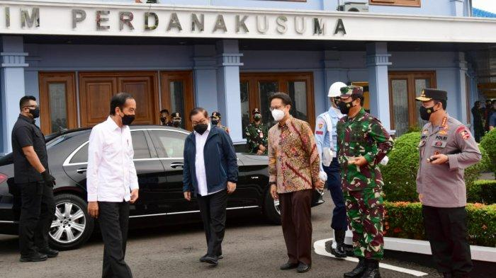 Joko Widodo saat menaiki Pesawat Kepresidenan Indonesia-1 dari Pangkalan TNI AU Halim Perdanakusuma, Jakarta, sekira pukul 07.00 WIB
