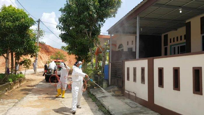 PENANGANAN COVID - Personel Polsek Tanjungpinang Timur menyemprot disinfektan di permukiman penduduk di Jalan Nusantara, Km 14, Kelurahan Batu 9, Kecamatan Tanjungpinang Timur, Senin (2/11/2020).