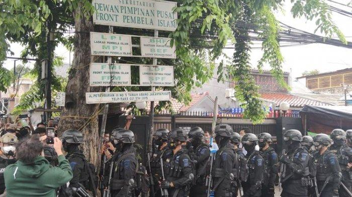 Aparat TNI Polri mencopot atribut di markas FPI Petamburan, Jakarta Pusat, Rabu (30/12/2020)