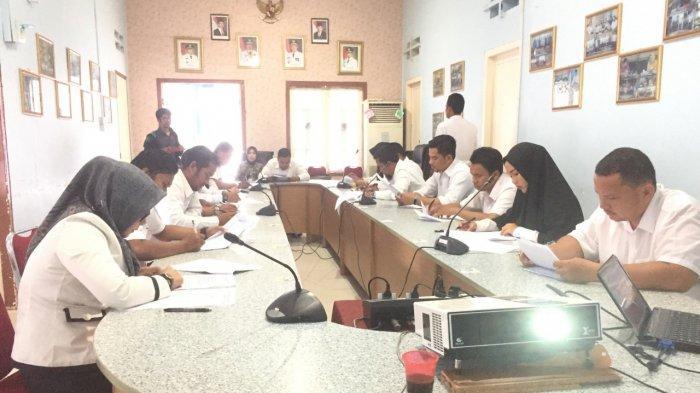 Peserta seleksi KPPAD Anambas mengikuti ujian tertulis di Jalan Imam Bonjol, Kelurahan Tarempa, Kecamatan Siantan, Kabupaten Kepulauan Anambas, Provinsi Kepri Rabu (9/10).