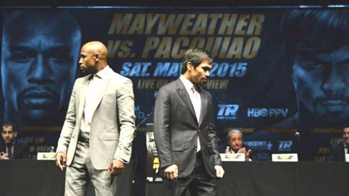 Petinju Manny Pacquiao (kanan) dan Floyd Mayweather (kiri) dalam konfrensi pers jelang pertarungan mereka, Kamis (12/3/2015). Konferensi pers inidipastikan merupakan satu-satunya kemunculan para petarung itu di hadapan media sebelum pertandingan.